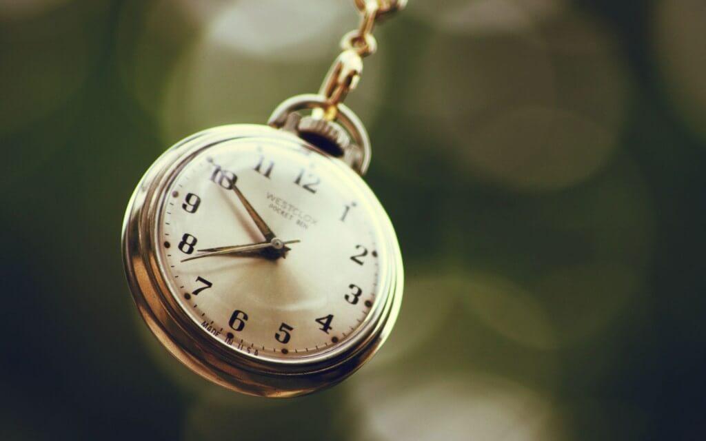 7010101-close-up-clock-chain-bokeh